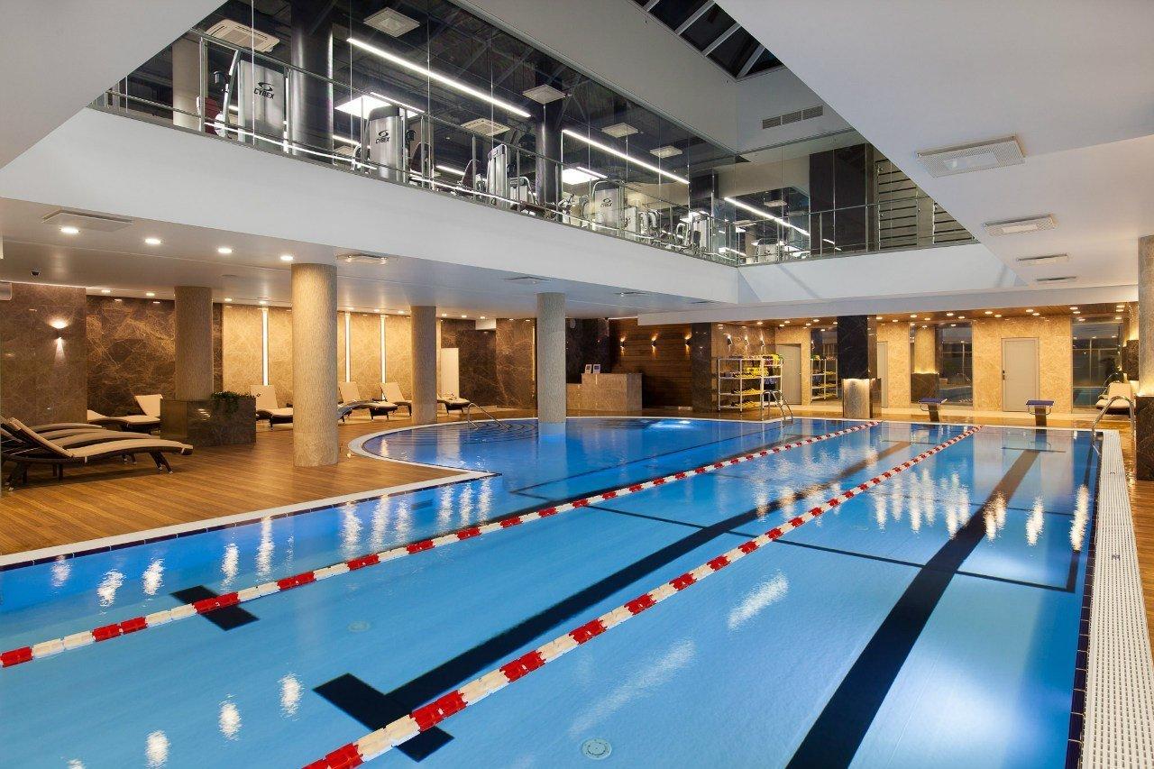 Помимо поддержания общего тонуса, занятия плаваньем или аквааэробикой позволяют похудеть, развить выносливость и расслабить мышцы после тяжелых тренингов.